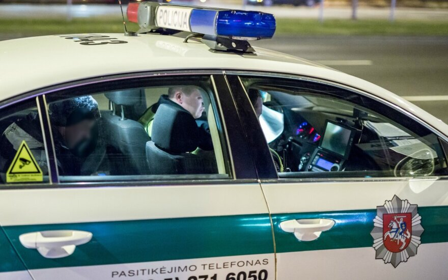 Įsiutęs vyras grasino sumušti posūnį ir girtas taranavo jo draugų automobilį