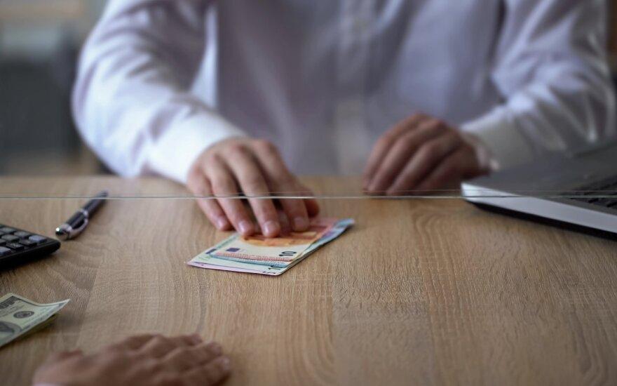 """""""Swedbank"""" atsisako valiutos keitimo paslaugų"""