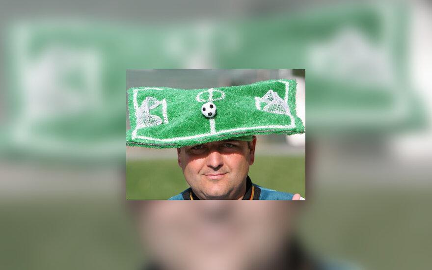 """Futbolo gerbėjas pasipuošė originalia """"skrybėle"""""""