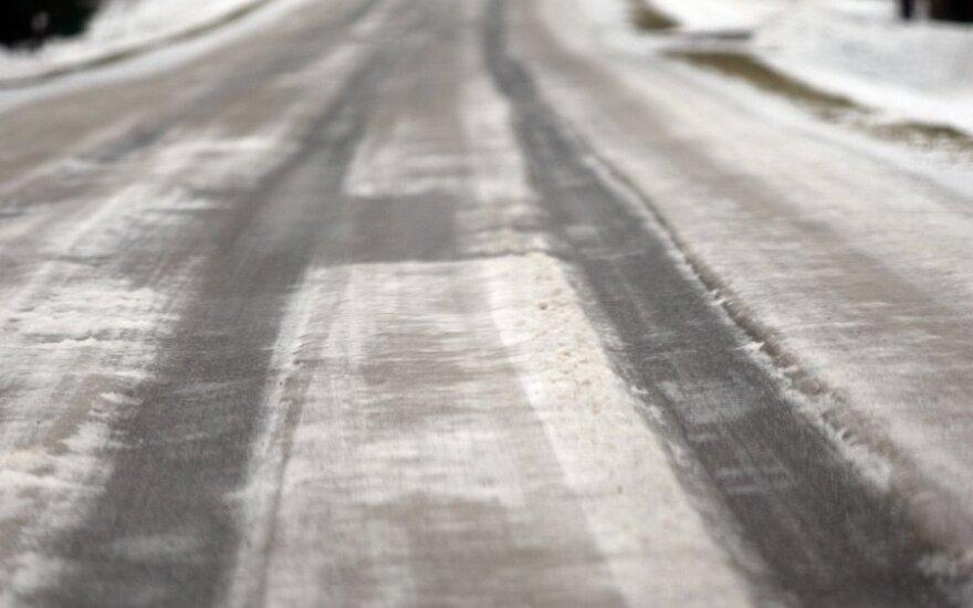 Keliuose yra slidžių kelių ruožų, perspėja kelininkai