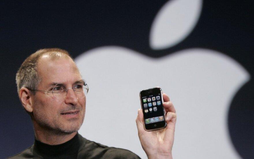 """Steve'as Jobsas pasauliui pristato pirmąjį """"iPhone"""" - išmaniųjų telefonų etaloną"""