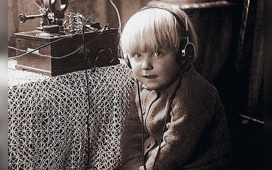 """Knygos """"Lietuvos radijas. 1926–2016.Faktai. Kūrėjai. Laidos"""" viršelis"""