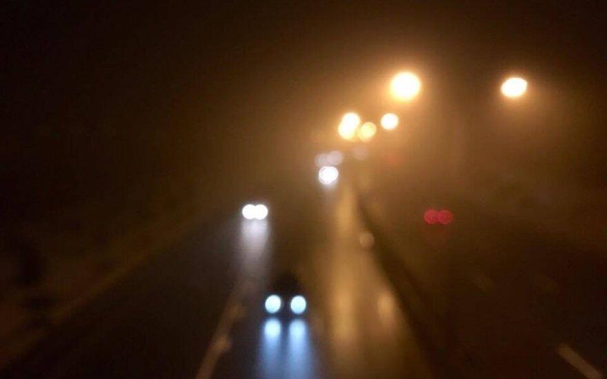 Eismo sąlygas sunkina rūkas – kelininkai