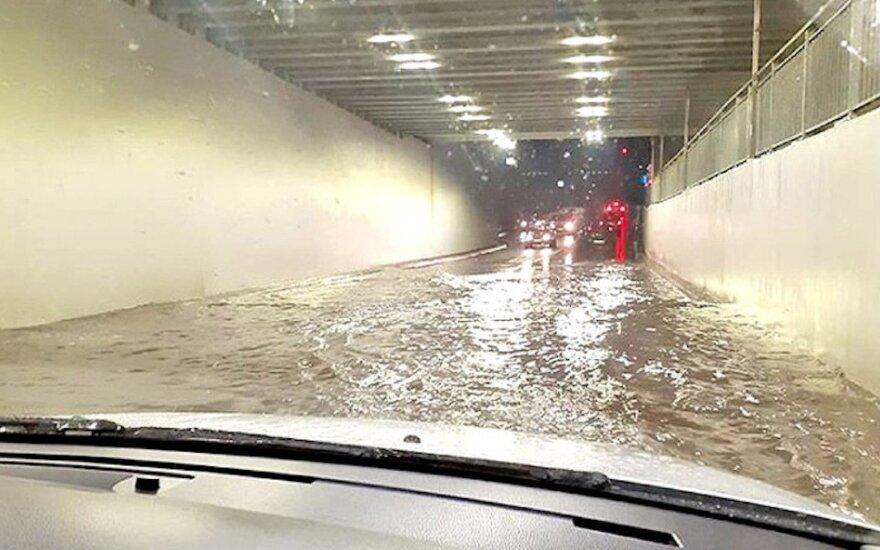 Plungės tunelis pykdo vairuotojus ir linksmina internautus: du viename