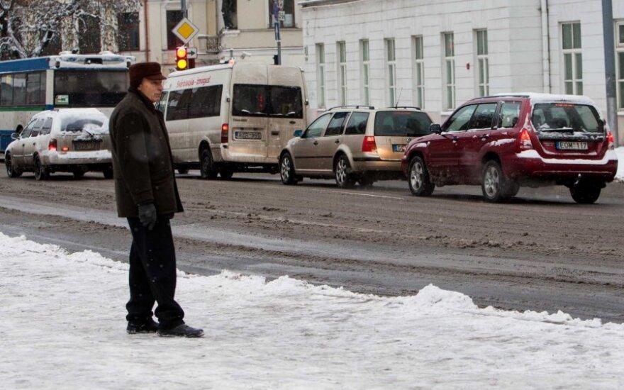 Didžiojoje šalies teritorijoje sninga, eismo sąlygos sudėtingos