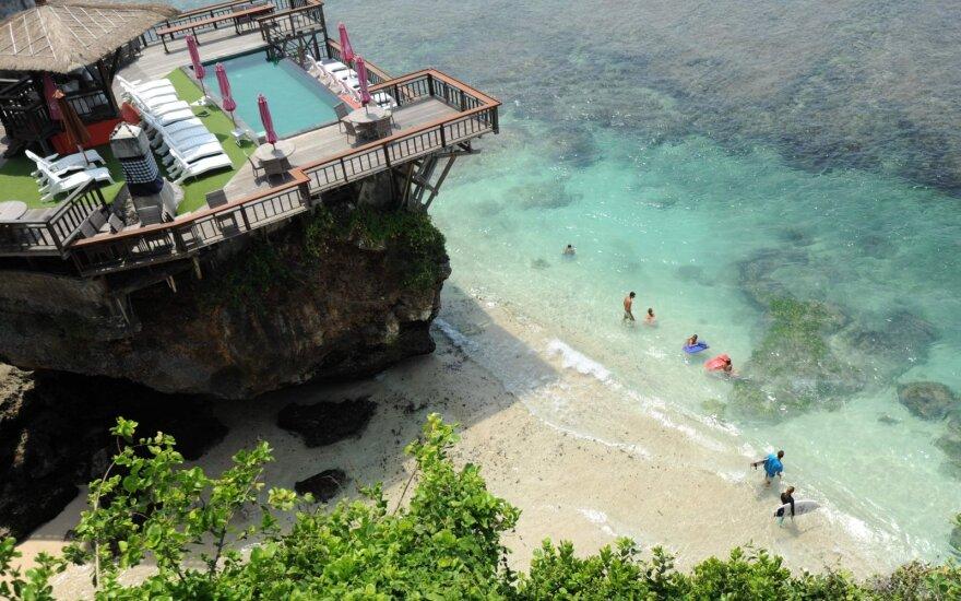 Viruso protrūkiui kirtus turizmui, Balio viešbučiai parduodami pusdykiai