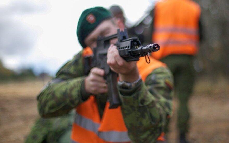 Šiemet kariai savanoriai bus aprūpinti moderniais automatiniais ginklais