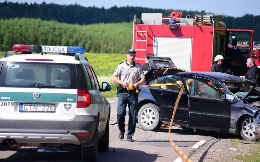 Tragiškos avarijos metu Raseinių rajone vienas žmogus žuvo, trys sužaloti