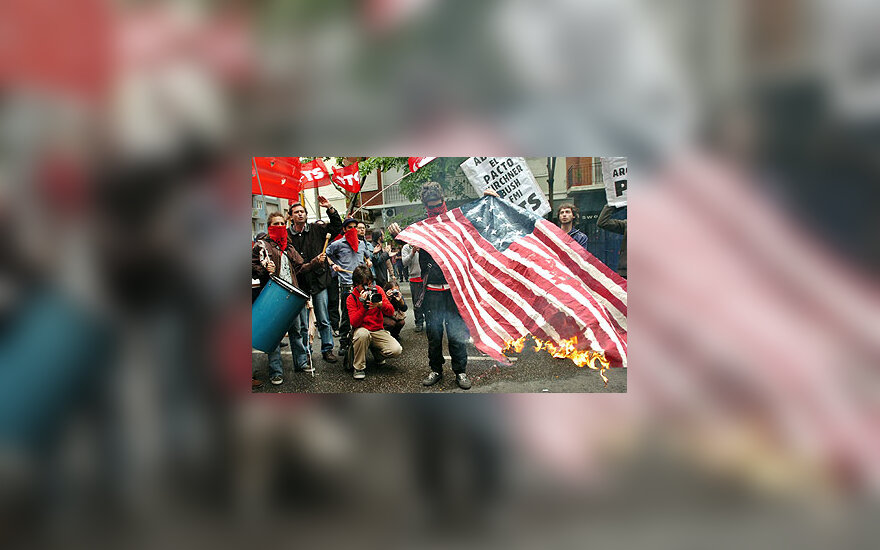 Demonstrantai Argentinoje degina JAV vėliavą