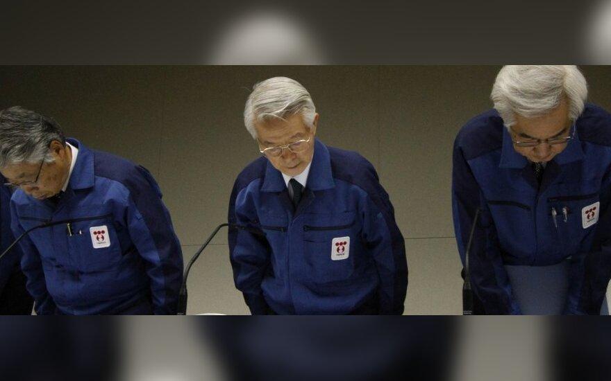 TEPCO vadovybės spaudos konferencija. Vadovas T. Katsumata (viduryje).