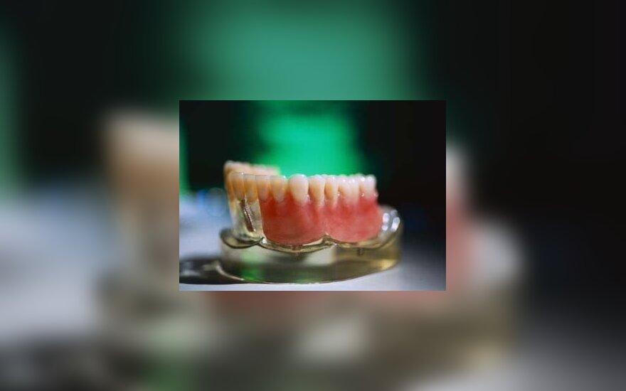 Dantų skausmus kentusiai pacientei teismas priteisė 15 tūkst. Lt