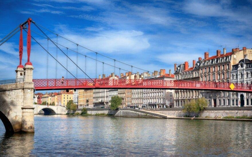 Prancūzijoje per neįprastai stiprų žemės drebėjimą nukentėjo 4 žmonės