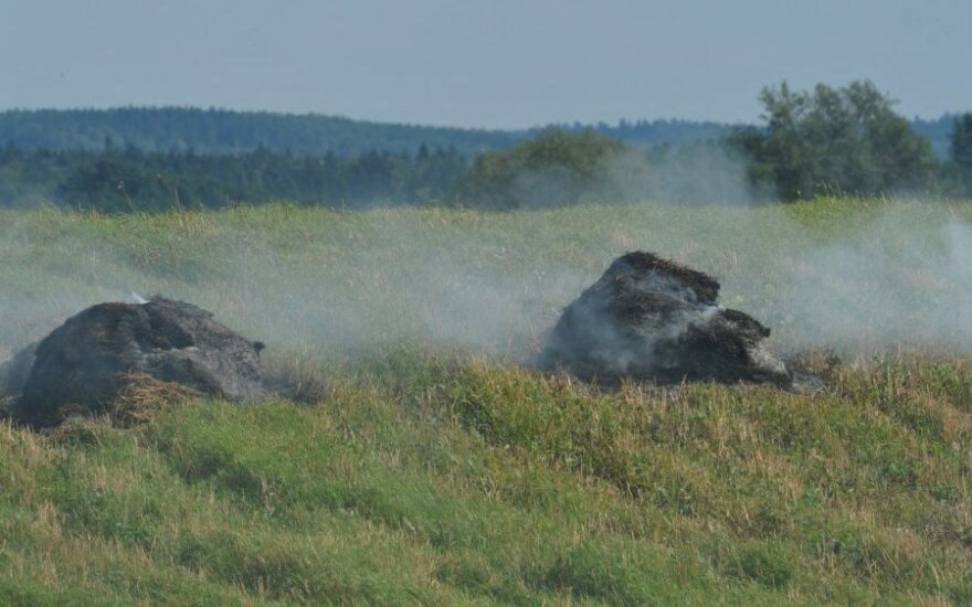 Ūkininkai degina šiaudus