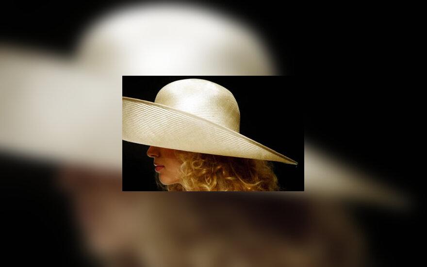 Modelis dėvi airių modeliuotojo skrybėlę
