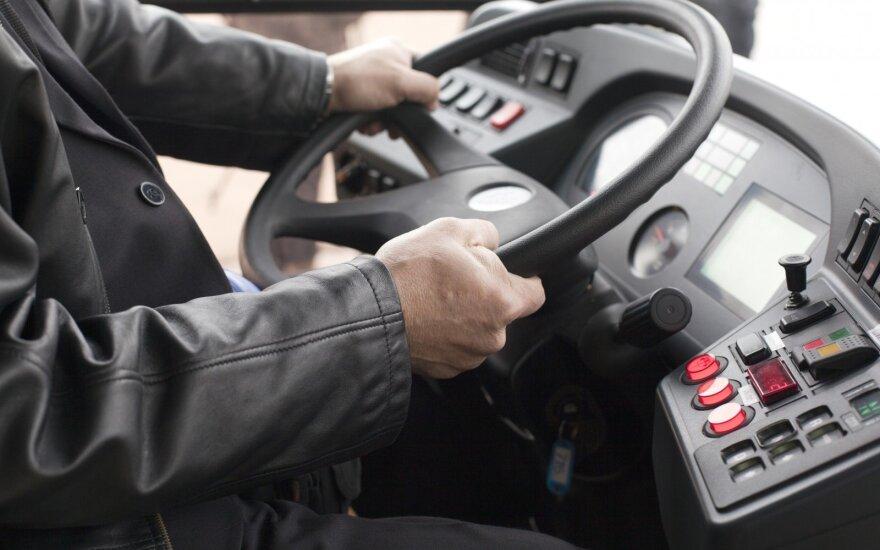Išgąsdino autobuso vairuotojo elgesys: vairuodamas nusprendė telefone peržiūrėti vaizdo klipus