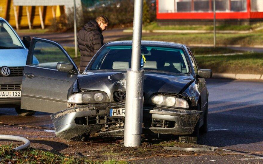 Kaune BMW rėžėsi į stulpą