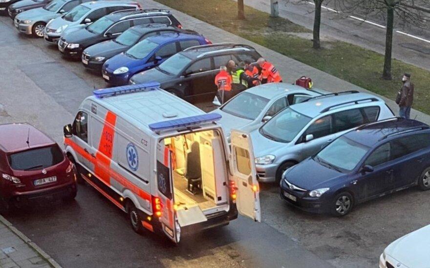 Pareigūnams, gavusiems pranešimą apie girtą vairuotoją, nepavyko pažadinti automobilyje buvusios moters, nepavyko ir medikams