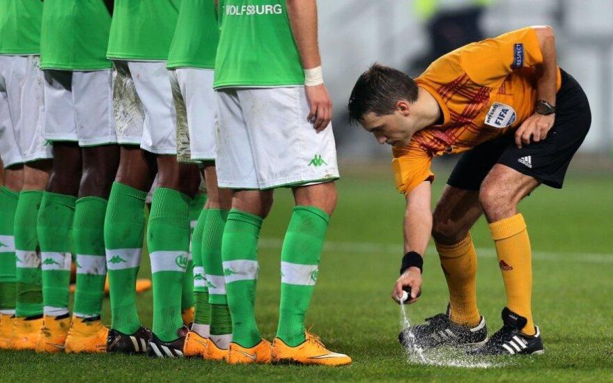 """Prieš """"Wolfsburg"""" žaidėjų sienelę - laikina putų linija"""