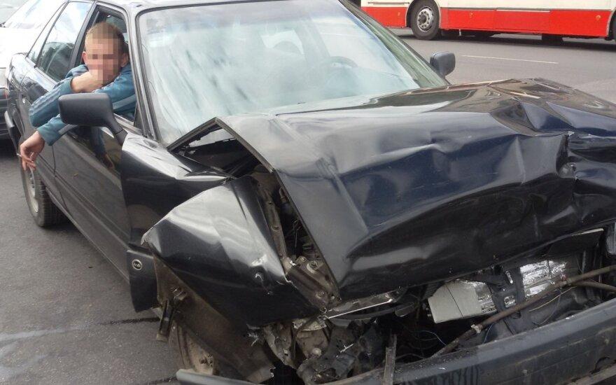 Vilniuje girtas paauglys trenkėsi į policijos automobilį