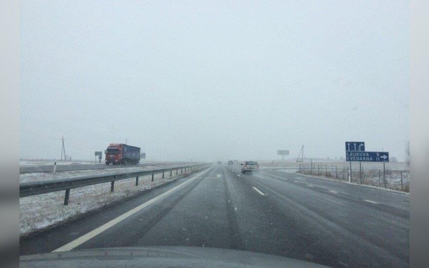 Žiema sugrįžo: Klaipėda pasitiko sniegu