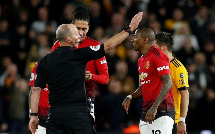 """Teisėjas šalina iš aikštės """"Manhester United"""" kapitoną Ashley Youngą"""