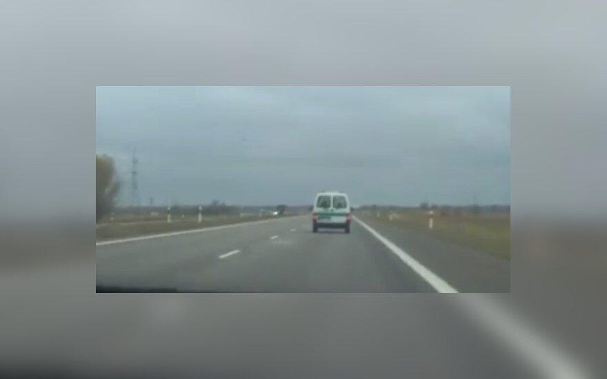 Nufilmavę be švyturėlių lekiantį policijos automobilį iškėlė klausimą: ar taip galima?
