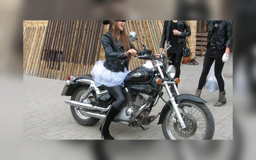 Mergvakaris, kurio nepamiršiu: rokerės-baikerės, galingas motociklas ir šokiai iki paryčių