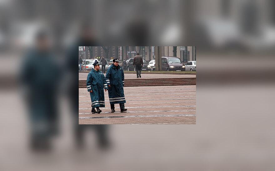 Policija, policininkai su apsiaustais