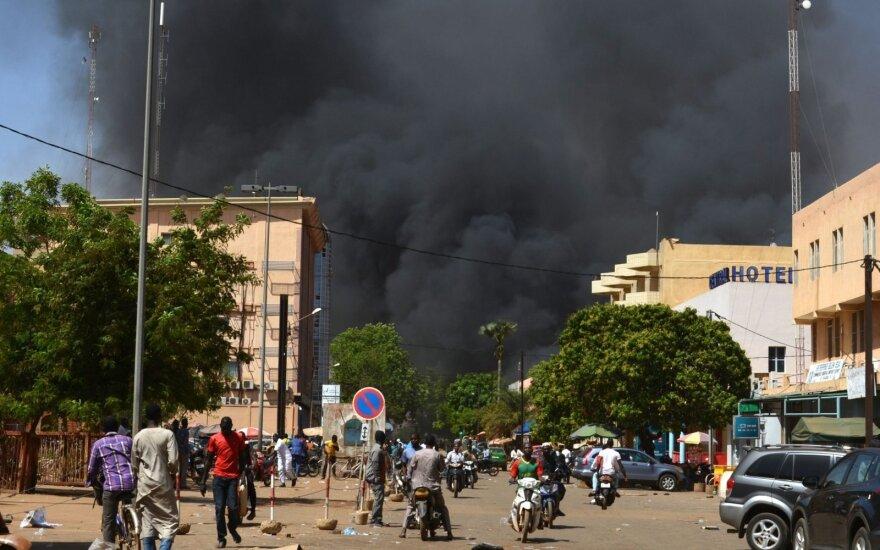 Dešimtys žmonių žuvo per išpuolį prieš kariuomenės būstinę ir Prancūzijos ambasadą Burkina Fase