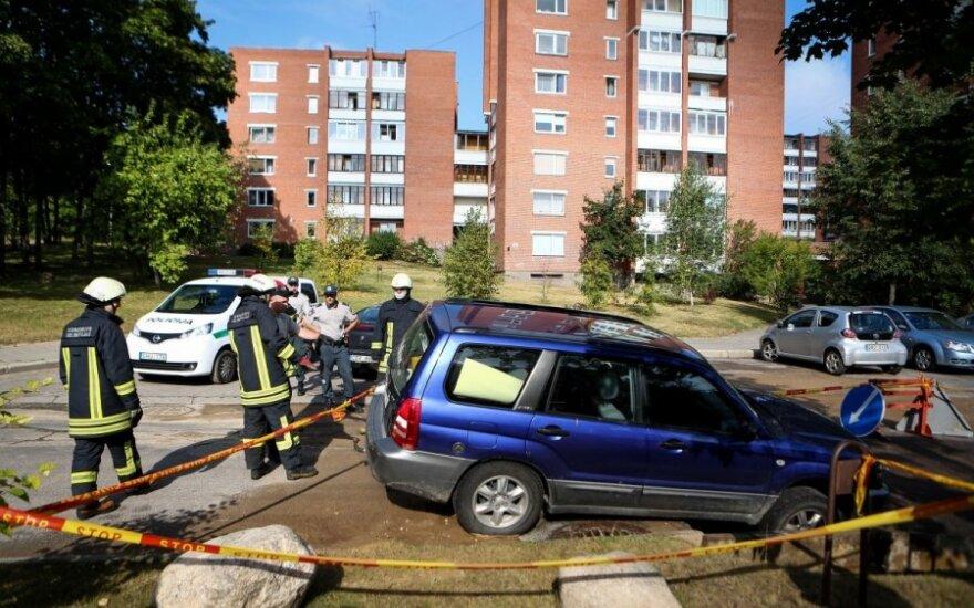 Vilniuje po nakties automobilis atsidūrė smegduobėje