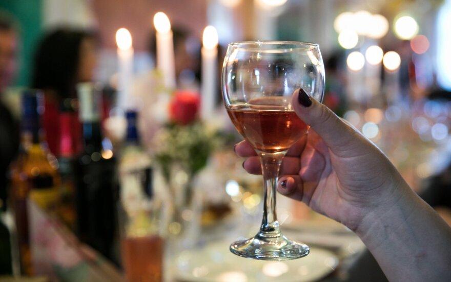 Alkoholis ir Kalėdos: kas laukia šeimų, kuriose šis gėrimas pagrindinis svečias?