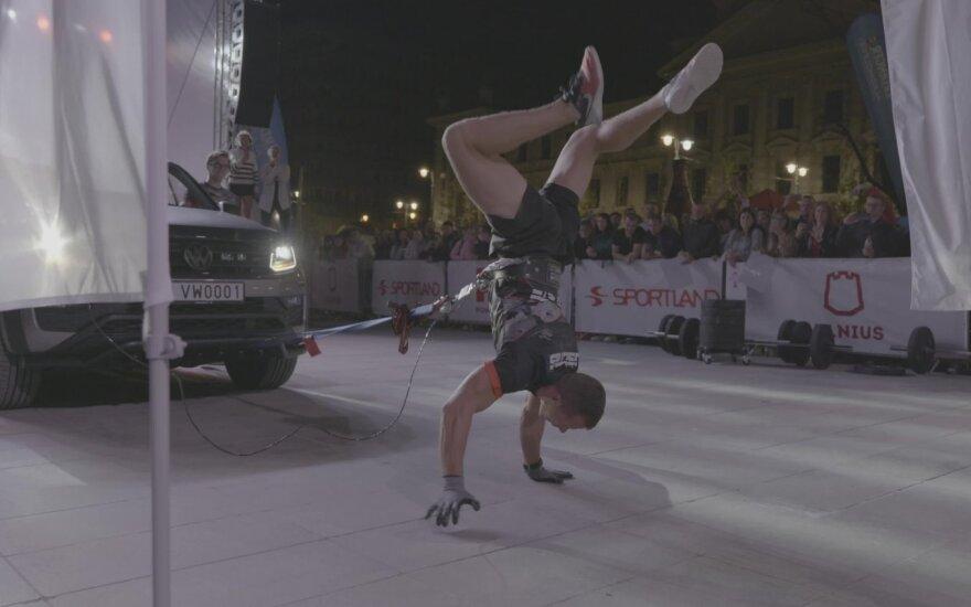 Lietuvoje užfiksuotas automobilio tempimo einant ant rankų rekordas