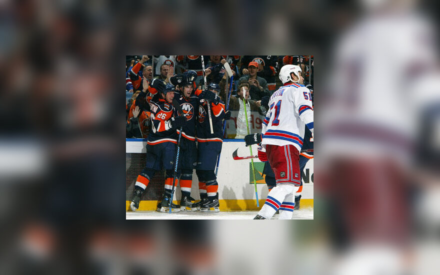 """Niujorko """"Islanders"""" ledo ritulininkai džiaugiasi įvarčiu"""