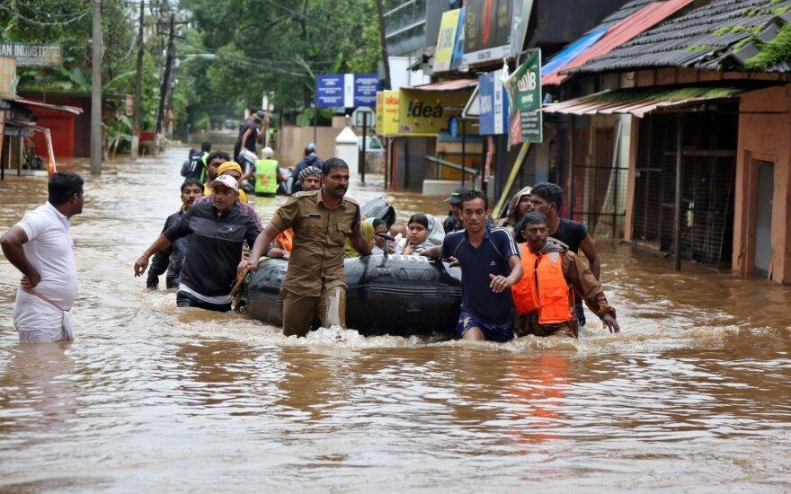 Indijos pietus tebesiaubiant potvyniams tūkstančiai žmonių laukia evakuacijos