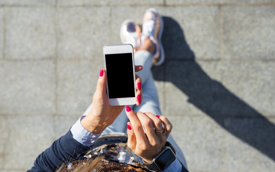 Patarimai: ko pirmiausia griebtis, jei telefonas sušlapo, nukrito ar pradėjo lėčiau veikti
