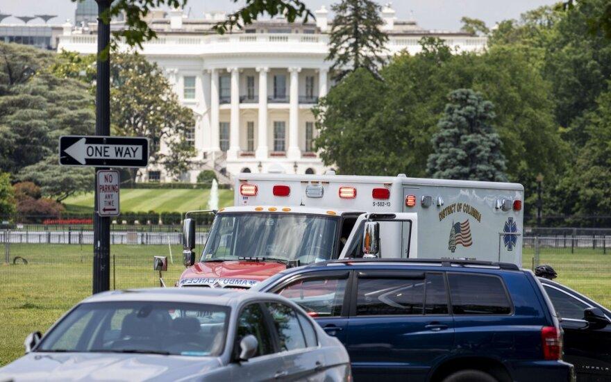 Prie Baltųjų rūmų vyras padegė save