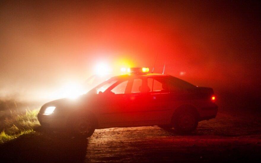 Tamsoje į kelią įšėjęs vyras žuvo po mikroautobuso ratais