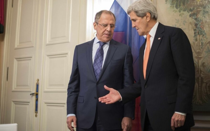 John Kerry (right) and Russian Foreign Minister Sergey Lavrov