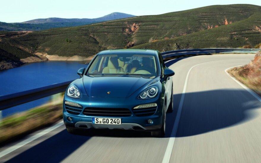 """""""Porsche"""" atšaukia 100 tūkst. """"Cayenne"""" dėl blogai pritvirtintų žibintų"""
