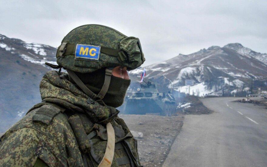 Rusijos taikos palaikymo pajėgų kareivis patikrinimo poste už Stepanakert miesto