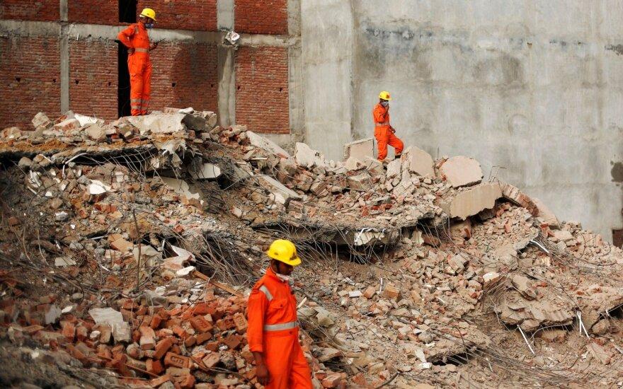 Indijoje sugriuvus pastatui žuvusių žmonių skaičius padidėjo iki devynių
