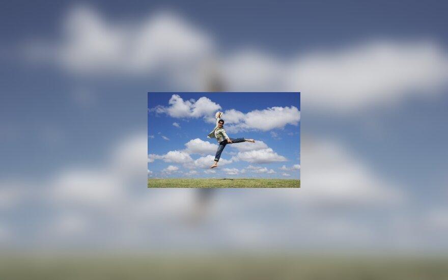 Vyras šokinėja iš džiaugsmo