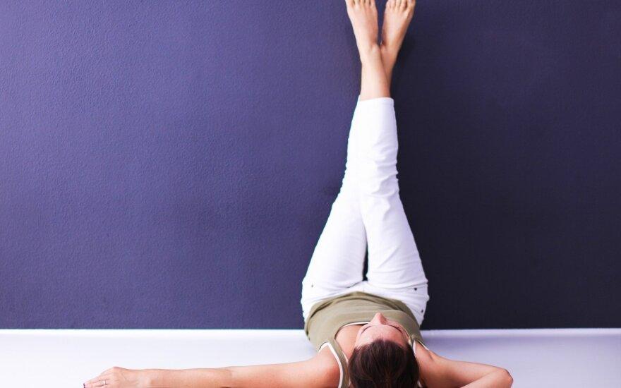 Kasdien 20 min. pagulėkite iškėlę kojas – pokyčiai maloniai nustebins