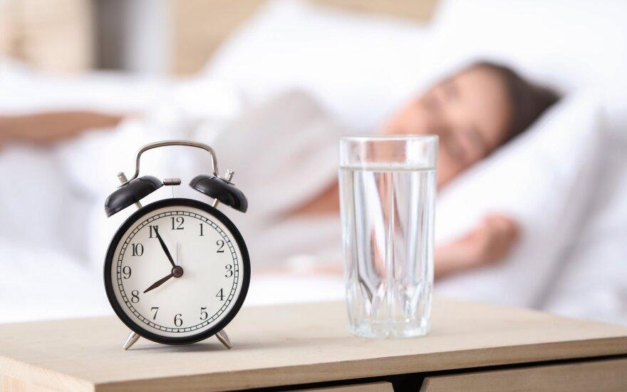Jei miegate 6 valandas ar trumpiau, mokslininkai jums turi patarimą: štai kas padės pasijusti geriau