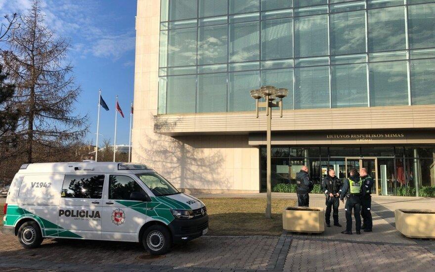 Ant kojų buvo sukelta Vilniaus policija – pranešta, kad užminuoti Seimo rūmai
