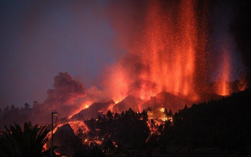 La Palmos saloje esantis Cumbre Vieja ugnikalnis lava ėmė spaudytis rugsėjo 19 dieną.