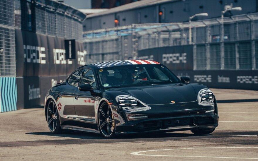 "Pirmasis ""Porsche"" elektromobilis ""Taycan"""