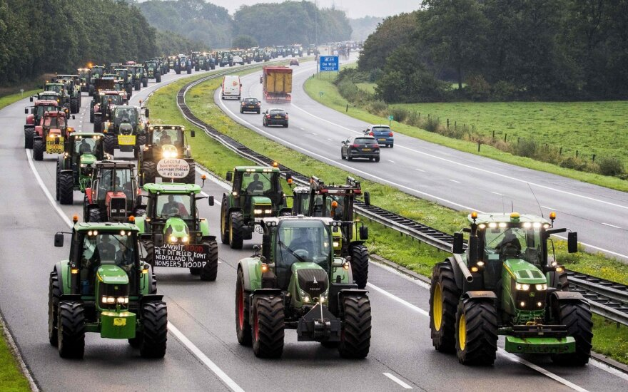 Nyderlandų ūkininkai spūsčių metu paralyžiavo eismą, nusidriekė 1000km eilės