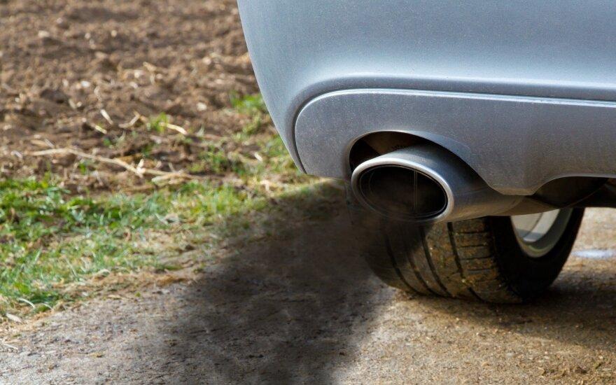 Kelyje fiksavo aplinką teršiančius automobilius