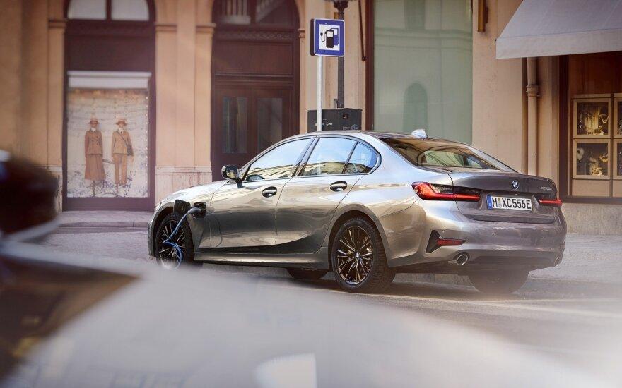 BMW elektrifikacija įgavo pagreitį – važiuoti elektra gali 12 modelių